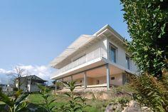 Eine Hommage an die 50er Jahre ist die aus Holzwerkstoffen Cnc-gefräste Ornamentfassade   ©Husistein und Partner