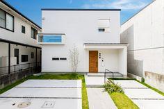 Tropical House Design, Unique House Design, Tiny House Design, Exterior Wall Design, Facade Design, House Tokyo, Muji Home, Box Houses, House Entrance