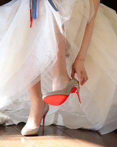 Wedding report 1 ・ My wedding shoes 大好きなウェディングシューズを履いているお支度ショット ・ 主人がプレゼントしてくれたルブタン。 新しい人生の一歩を踏み出すための一足、大切な人からの贈り物でよかった 木靴だから履き心地抜群!ではないけれど、私にとってはガラスの靴みたいにすっ、と馴染むように気がしています✨ ・ #christianlouboutin #louboutin #クリスチャンルブタン#ルブタン#ウェディングシューズ#weddingshoes #redsoles #お支度ショット#プレ花嫁#卒花#プレ花嫁卒業#wedding #プレゼント#結婚式準備#足下倶楽部#足元ショット#ウェディングソムリエフォトコンテスト