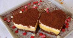 1 embalagem de bolo de nozes ou chocolate, cortado em fatias  - 1 receita de creme de gemas  - 1 receita de creme nevado  - Cacau em pó ou raspas de chocolate para decorar  - Mini aros no formato coração para montagem  -   - Creme de gemas:  -   - 1 lata de leite condensado  - 4 gemas de ovos peneiradas  - 200 gramas de creme de leite UHT  -   - Creme nevado:  -   - 4 claras em neve  - 6 colheres de sopa de açúcar  - 1 caixa de creme de leite gelado UHT (200 gramas)  - Baunilha a gosto