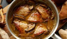 Houbaření je náš národní sport. Ještě teď můžete vyrazit do lesa a domů si přinesete plný košík tohoto lesního bohatství. A jak nejlépe s houbami naložit, než je zpracovat ve výborném receptu? Vyzkoušejte vepřové plátky na houbách podle pana Cuketky. #recept #maso #houby #veprove #veprovenahoubach #pancuketka #recipe #cook #pork #porkmeat #mushroom Panama, Curry, Meat, Chicken, Ethnic Recipes, Food, Curries, Panama Hat, Essen
