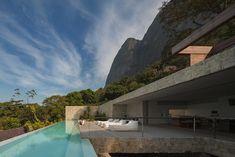 Cette maison à  Rio de Janeiro est le résultat d'un mélange de l'ancien et du moderne. Cette maison atypique et hors du temps est située a Rio de Janeiro et a été construite par l'architecte brésilien  Arthur Casas. Découvrez plus de photos sur notre blog. www.archionline.com #architectue #house #pool