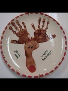 Fun and Easy Kids Christmas Crafts Hand print and foot print Reindeer plate - 10 Easy Kids Christmas Crafts!Hand print and foot print Reindeer plate - 10 Easy Kids Christmas Crafts! Christmas Baby, Babies First Christmas, Christmas Holidays, Reindeer Christmas, Country Christmas, Christmas Plates, Christmas Cross, Christmas Lights, Christmas Decorations