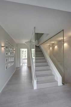 Ein Haus voller Kontraste - Treppe mit Glas Mehr You are in the right place about water Glasses iDeas Here we offer you the most beautiful pictures about the Glasses iDeas art you are looking for. When you examine the Treppe mit Glas Grey Wood Floors, Grey Flooring, Modern Flooring, Style At Home, Modern Hallway, Glass Stairs, Asian Interior, Floor Colors, House Stairs