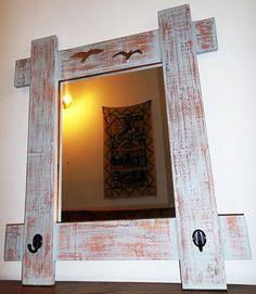 Espejo Decorativo PÁJARO CAMPANA Especialmente resistente y hecho con un estilo rústico y audaz que destaca por su gran marco estilo vintage, este espejo es un elemento de diseño y carácter propio pensado para brindar gran impacto a cualquier pared de la casa.