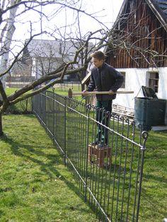 Anbei Fotos des kinderleichten Aufbaus. Vielen Dank für die schnelle Lieferung des Zaunes, nur der Hund schaut nun sehr skeptisch. Mit freundlichen Grüßen Susanne S.
