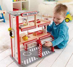 Für kleine Feuerwehrfans: Hape Feuerwache aus Holz bei weltbild.de #feuerwehr #kinder #spielen #holzspielzeug #weltbild