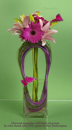 The keyhole frame is created with loops of bear grass and midollino twisted together into a ring.  the flowers are inserted through the ring for support.  Design by John Hosek  AIFD, Photography by Ron Derhacopian.  #freshflowers #springflowers #Flowers&magazine