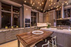 豪宅尺度,以現代摩登的濃度暈染出美式風格的豪華宅邸,現代語彙的大理石、皮革沙發、燈飾平衡建築外觀石材的質樸;只有在廚房才出現的線板,與大理石吧台也巧妙對話;木屋結構的桁架搭配俐落素雅的傢具,則增添了居家時尚的濃度。 via Braswell Architecture