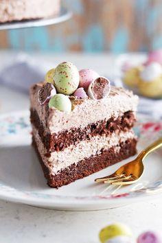 Inlägget är i annonssamarbete med Ankarsrum Det blir alltid extra mycket bakning hemma hos mig under loven och det här påsklovet har det blivit många tårtor. Häromdagen hittade jag superfina chokladägg i pastelliga färger som jag bara var tvungen