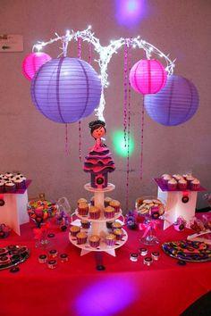 Barra de dulces y botanas para xv años con fofucha