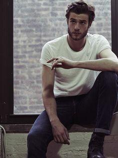 Acheter la tenue sur Lookastic:  https://lookastic.fr/mode-homme/tenues/t-shirt-a-col-rond-blanc-jean-bleu-marine-bottes-en-cuir-noir/814  — T-shirt à col rond blanc  — Jean bleu marine  — Bottes en cuir noir