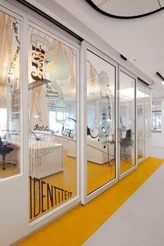 O Emma Children's Hospital, localizado no Centro Médico Acadêmico de Amsterdã, recebeu um novo projeto de ambientação e sinalização de seus espaços. Desenvolvido pelo escritório holandês OPER…