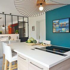 Une cuisine avec verrière se la joue joyeuse et moderne.