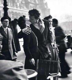 L une des photographies des plus célèbres de R.Doineau ... Baiser dans la rue - Hôtel de Ville - 1950 © Robert Doisneau