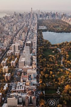 paisaje urbano Worlds Apart via CityRulers - The Best Photos and Videos of New York City including the Statue of Liberty, Brooklyn Bridge, Central Park, Empire State Building, Chrysler Photographie New York, New York City, Places To Travel, Places To Visit, Travel Destinations, Vacation Travel, City Aesthetic, Urban Aesthetic, City That Never Sleeps