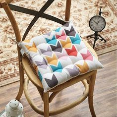 Aprende cómo hacer cojines o almohadones para sillas paso a paso ~ lodijoella Seat Pads, Home Hacks, Home Textile, Rocking Chair, Upcycle, Accent Chairs, Throw Pillows, Sofa, Upcycling