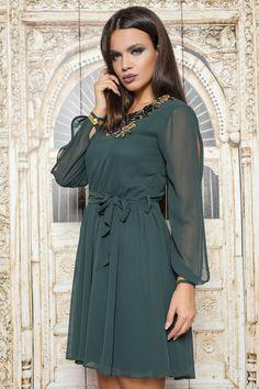 Rochie din voal verde cu accesoriu floral la gat,iar in talie este prevazuta cu cordon