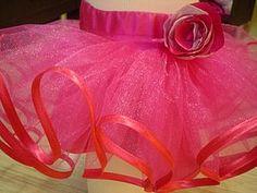 Сегодня хочу выложить мастер- класс по пошиву пышной юбки. Я буду шить юбку для девочки с объемом талии 55 см, объемом бедер 62 см, длиной изделия 20 см ( у вас, конечно, же будут свои размеры). Для этого Вам понадобится: 1. 1 метр фатина при ширине 1,5 метра для верхней юбки 2. 1 метр атласа для нижней юбки и пояса 3. 50 см резинки шириной 2.5 см 4. 10 метров косой бейки 4. нитки в цвет…