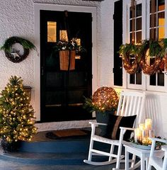 DIY Christmas Porch Ideas 26 40 Great DIY Decorating Suggestions For Christmas Front Porch interior design Christmas Front Doors, Christmas Door Decorations, Christmas Porch, Rustic Christmas, Outdoor Decorations, Natural Christmas, Beautiful Christmas, Apartment Christmas, Snowman Decorations