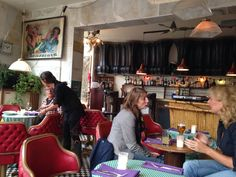 Restaurant Est Est Est. Wagenstraat Den Haag. Aanrader! Heerlijke tapas, lekkere muziek vanaf elpee en bijzondere vintage inrichting