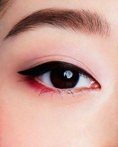 "Tutorial – Tutorial Related posts: ""Indigo Nights"" Makeup Tutorial Highlight your features with the right contour. Grün und Lila Augen Make-up Tutorial von Mollyeberwein Halloween Kostüm Idee: Easy Deer Makeup Tutorial (keiko lynn) Makeup Trends, Makeup Inspo, Makeup Art, Makeup Inspiration, Makeup Ideas, Nerd Makeup, Hair Makeup, Korean Makeup Look, Korean Makeup Tips"