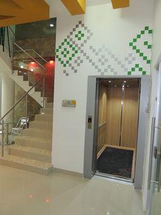Única sala de homenajes con ascensor, que permite a propios y visitantes movilizarse con facilidad y comodidad.