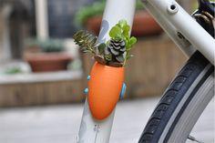 """São objectos de design e procuram facilitar a vida de quem usa a bicicleta no dia-a-dia — além de lhe conferirem personalidade: prende-saias, porta-garrafas, capacetes em cortiça, """"meias"""" para cobrir as rodas (Velo Sock), cestos de """"picnic"""" (onde até cabem garrafas de vinho). """"A tua bicicleta é feliz"""