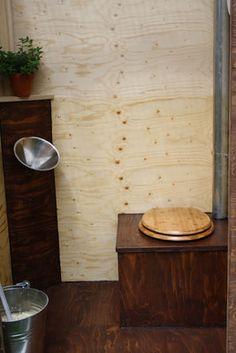 Die gut aussehende, benutzerfreundliche und ökologische Kompost-Toilette. Kurzum: ÖKOJE. Innenansicht inklusive Pissior und Lüftungsrohr. #Komposttoilette #Holzdesign