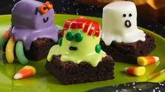 Spooky brownies are a simple and straightforward Halloween dessert. Brownies made from a box are topped with marshmallows decorated to look like iconic Halloween characters like Frankenstein's monster, a ghost, and a spider. Halloween Goodies, Theme Halloween, Halloween Desserts, Halloween Treats, Spooky Halloween, Halloween Baking, Halloween Cakes, Halloween Clothes, Spooky Treats