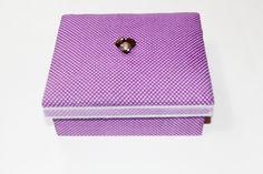Caixa em MDF com tampa almofadada, coberta inteiramente com tecido, flocada por dentro, detalhe de botão na parte superior e fita na lateral da tampa. ♥ R$ 25,00