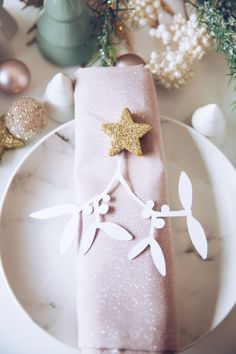 DIY Tischdeko im Advent. DIY Mistelzweig zum Selbermachen mit Gratis Vorlage. Weihnachten mit titatoni.de Christmas Decorations, Table Decorations, Napkin Rings, Wordpress, Blog, Home Decor, Inspiration, Fashion Styles, Diys