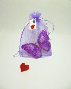 SCHMETTERLINGS - KERZE - BUNT    im Organza Beutel mit von Herzen Label tolles Geschenk     mit Glitzer in lila / magenda & weiß perlmutt     Versa...