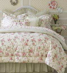 Shabby Chic furniture and style of decor displays more 'run down' or vintage items, or aged furniture. Shabby Chic is the perfect style balanced inbetween vintage and luxury, or '… Shabby Chic Mode, Shabby Chic Living Room, Shabby Chic Bedrooms, Shabby Chic Style, Shabby Chic Furniture, Shabby Chic Decor, Trendy Bedroom, Luxury Furniture, Boho Decor