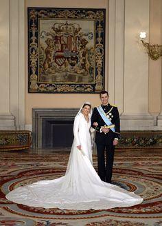 Pin for Later: 21 königliche Hochzeitskleider, getragen von echten Prinzessinnen Letizia von Spanien, 2004 Letizia Ortiz heiratete ihren Prinz Felipe in einem Kleid von Couturier Manuel Pertegaz.