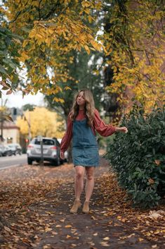 Sharing a simple and pretty fall outfit for 2020 that is perfect for work, school, or a casual weekend trip. Early Fall Outfits, Simple Fall Outfits, Autumn Outfits, Classic Outfits For Women, Denim Outfit For Women, Kids Outfits Girls, Girl Outfits, Girls Wear, Fall Fashion Trends