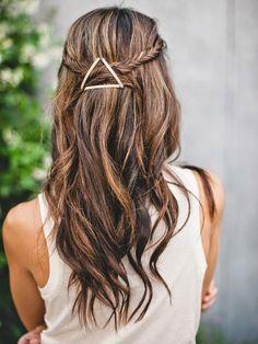 Une barrette triangle parfaite pour donner un côté très moderne à votre look romantique.