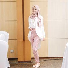 "7,859 Likes, 51 Comments - Sari Endah Pratiwi (@saritiw) on Instagram: ""Soft pink outfit for @hijup iftar with @pockyindonesia#hijup #hijupXsaritiw . Abaikan kabel yg…"""