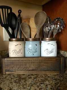 DIY rustic wood planter with three painted mason jars to hold your utensils >> perfect addition to a rustic country kitchen decor Cocina Diy, Kitchen Utensil Holder, Utensil Caddy, Utensil Organizer, Mason Jar Organizer, Cutlery Storage, Kitchen Redo, Kitchen Design, Kitchen Rustic