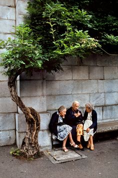 """steve mccurry - france """"there is nothing I would not do for those who are really my friends. I have no notion of loving people by halves, it is not my nature. Steve Mccurry, We Are The World, People Of The World, World Press Photo, Foto Art, Photos Du, Friends Forever, 3 Friends, Three Friends"""