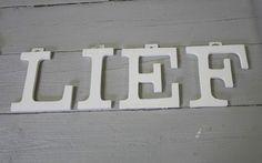 """Wit houten letters groot """"LIEF"""""""
