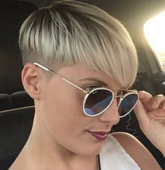 *** Super dur et encore 100 % féminin ! Plus, ce que vous voulez ? Pixie Hairstyles, Pixie Haircut, Pretty Hairstyles, Straight Hairstyles, Short Hair Cuts, Short Hair Styles, Bowl Haircuts, Pelo Pixie, Corte Y Color