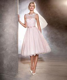Modelo Odri: Vestido de novia corto de estilo lady de cuello barco y talle en la cintura