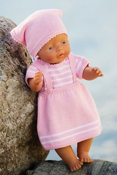 Her er, for en gangs skyld, opskrifter på et helt drengesæt til babydukken: sweater med indbygget vest, shorts og kasket