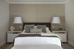 Simetria é palavra de ordem nesse quarto de casal da arquiteta Luiza Masetti Lessa (@luizamasetti). Os abajures são da Artefacto (@artefactooficialbrasil) e os criados-mudos da Madeira Bonita. Um painel de couro La Novitá arremata o projeto. Execução Decoramelo. #décor #decoração #decoraçãoétododia #decoration #bedroom #bedrooms