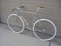 Bianchi Pista-- guys, just so you know, this is my dream bike. Velo Vintage, Vintage Cycles, Vintage Bikes, Bici Fixed, Classic Road Bike, Retro Bike, Urban Bike, Fixed Gear Bike, Cruiser Bicycle
