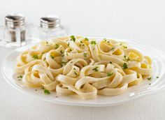 Fettucine Alfredo is an all-time favourite. If you've never tried our recipe for Face-off Fettuccine Alfredo, you should! It's delicious! Vegan Roast, Alfredo Recipe, Recipe Details, Recipe Today, Macaroni And Cheese, Easy Meals, Favorite Recipes, Ethnic Recipes, Butter