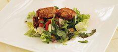 Zelfgemaakte krokante geitenkaasjes op een bedje van frisse salade