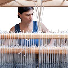 Ogni prodotto e' realizzato attraverso l'uso di telai manuali. #tessituraamano #designautoprodotto #artigianato