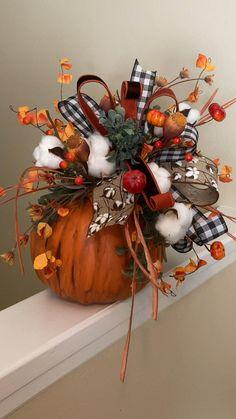 Thanksgiving Decorations Outdoor, Thanksgiving Diy, Harvest Decorations, Fall Decor Signs, Rustic Fall Decor, Pumpkin Arrangements, Pumpkin Centerpieces, Fall Kitchen Decor, Fall Home Decor